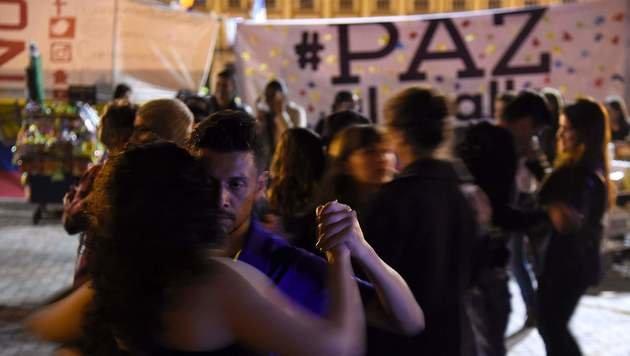 In den Straßen wurde nach Bekanntgabe des neuen Friedensvertrags spontan getanzt. (Bild: APA/AFP/GUILLERMO LEGARIA)