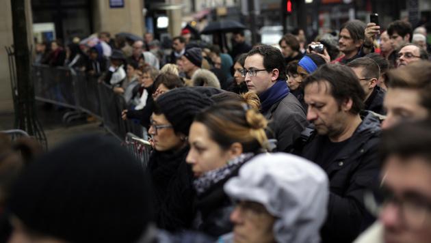 Menschen vor dem Bataclan (Bild: AP)