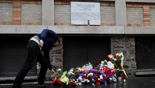 Die Gedenktafel bei der Bar La Belle Equipe (Bild: APA/AFP/POOL/PHILIPPE WOJAZER)