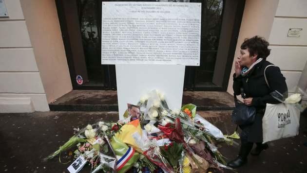 Die Gedenktafel vor dem Bataclan mit den Namen der 90 Todesopfer (Bild: APA/AFP/JOEL SAGET)