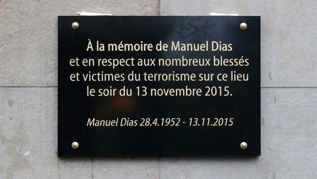 Die Gedenktafel vor dem Stade de France (Bild: APA/AFP/POOL/PHILIPPE WOJAZER)