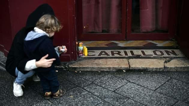 """Kerzen vor dem Restaurant """"Le Carillon"""" (Bild: APA/AFP/PHILIPPE LOPEZ)"""