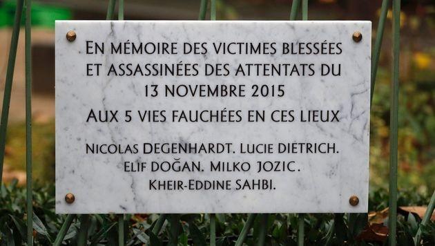 Die Gedenktafel nahe dem Café Bonne Biere und der Rue de la Fontaine au Roi (Bild: APA/AFP/POOL/PHILIPPE WOJAZER)