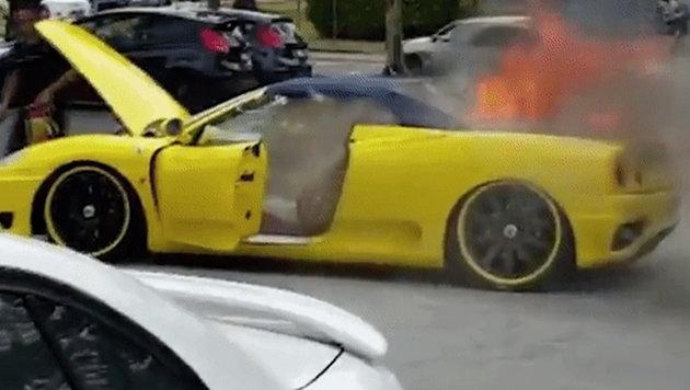 Ferrari fing Feuer, Helfer stahl Geld und Laptop (Bild: YouTube.com)