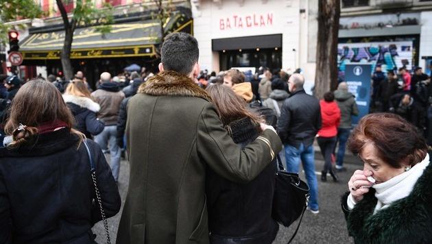 Jahrestag: Paris gedenkt der Opfer der Anschläge (Bild: APA/AFP/MARTIN BUREAU)