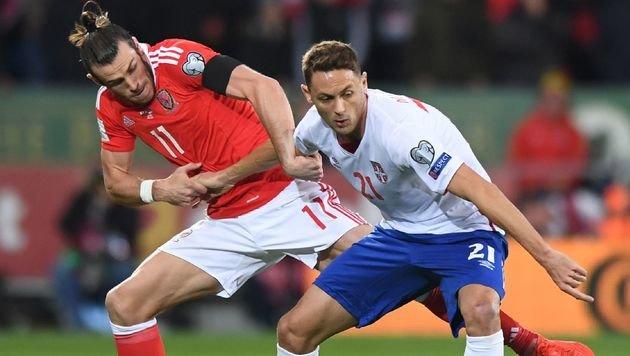Kein Sieger im Duell Gareth Bale (Wales) gegen Nemanja Matic (Serbien) (Bild: AFP)