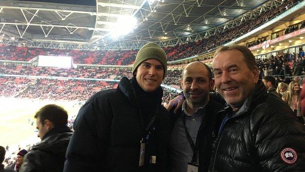 Thiem durfte mit Coach Günter Bresnik und Bodyguard in den VIP-Club beim 3:0 Englands im Wembley (Bild: sportkrone.at)