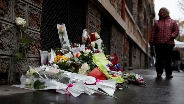 Blumen vor der Bar La Belle Equipe (Bild: APA/AFP/THOMAS SAMSON)