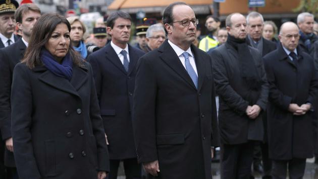 Präsident Francois Hollande und die Pariser Bürgermeisterin Anne Hidalgo (li.) (Bild: AP)