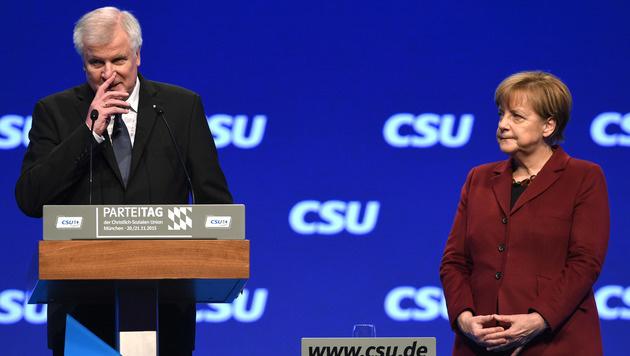 Sind sich einig: CSU-Chef Seehofer (li.) und CDU-Kanzlerin Merkel (Bild: AFP)