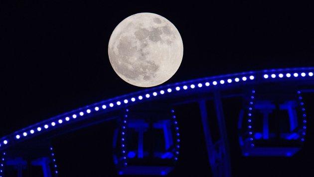 ... im Vordergrund ein Riesenrad. (Bild: APA/AFP/Anthony Wallace)