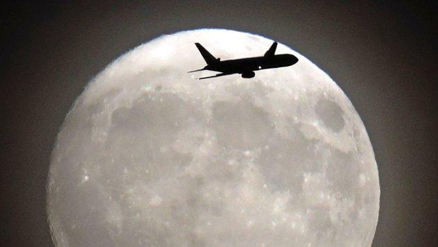 Der Supermond über dem Londoner Flughafen Heathrow (Bild: APA/AFP/Adrain Dennis)
