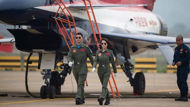 Yu Xu und ihr Co-Pilot nach einem Flug bei einer chinesischen Airshow im Jahr 2014 (Bild: APA/AFP/JOHANNES EISELE)