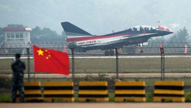 Hier hebt Yu Xu bei einer Airshow mit einem J-10-Jet ab. (Bild: APA/AFP/JOHANNES EISELE)