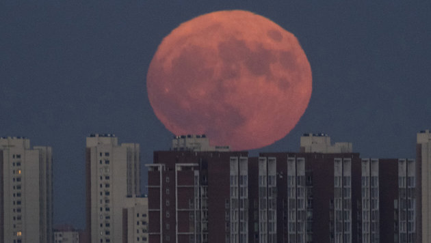 Der Supermond in Peking (Bild: Associated Press)
