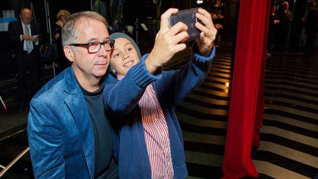 Auf Selfie-Jagd mit den Opernstars: Dirigent de Billy beim Posieren mit seinen Fans (Bild: Starpix/Alexander TUMA)