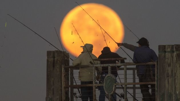 Der Supermond am Redondo Beach in Kalifornien (Bild: APA/AFP/Getty Images/David McNew)