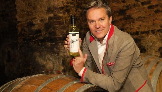 """Taufpate Haider mit """"seinem"""" Wein (Bild: Starpix/Alexander TUMA)"""