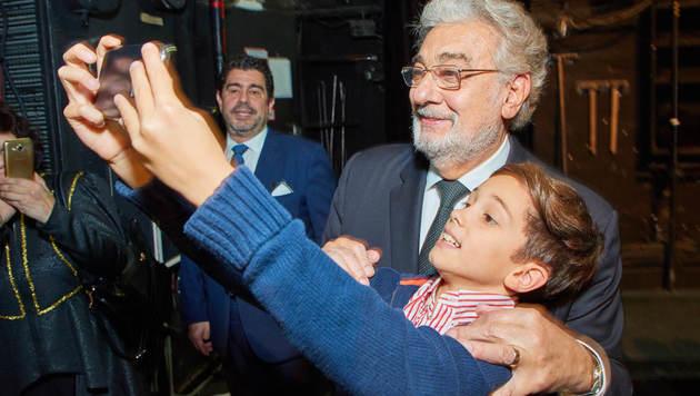 Bitte lächeln! Plácido Domingo kommt auch bei den jüngsten Opernbesuchern ziemlich gut an. (Bild: Starpix/Alexander TUMA)