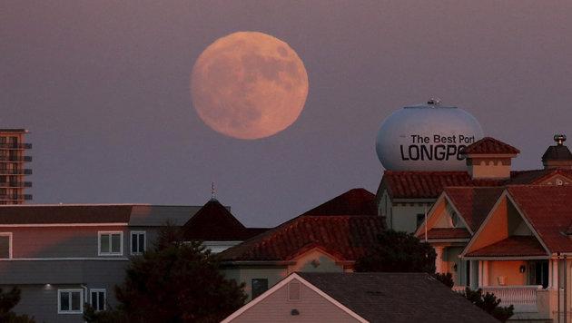 Der Supermond geht über dem US-Städtchen Longport auf. (Bild: Associated Press)