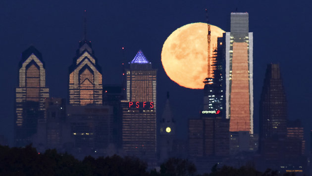 Der Supermond vor der Skyline von Philadelphia (Bild: Associated Press)