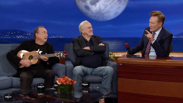 Eric Idle und John Cleese zu Gast bei Conan O'Brien (Bild: Viennareport)