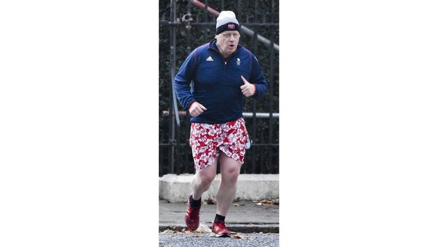 Schräger Vogel: Boris Johnson joggt in Hawaii-Shorts durch London (Bild: Bulls | Steve Back / Barcroft Media)