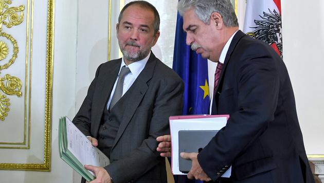 Kanzleramtsminister Drozda und Finanzminister Schelling im Gespräch (Bild: APA/ROLAND SCHLAGER)