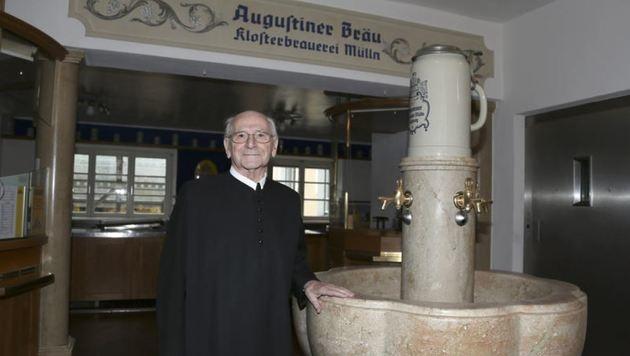 Abt Nicolaus Wagner beim berühmten Brunnen (Bild: Andreas Tröster)