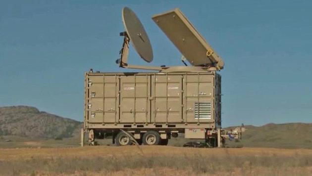 Mikrowellenkanone röstet ganze Drohnenschwärme (Bild: YouTube.com/AviationWeek)