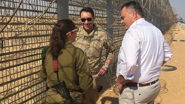 Verteidigungsminister Hans Peter Doskozil am israelischen Grenzzaun zur Sinai-Halbinsel (Bild: APA/BMEIA/MARTIN WEISS)