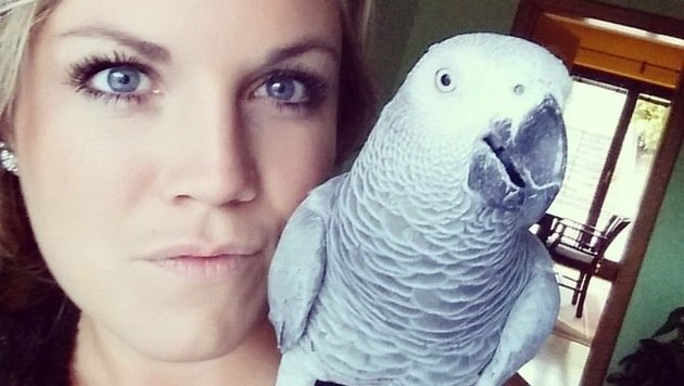 "Conni Hager mit Papagei ""Maggie"" (Bild: Familie Hager)"
