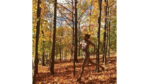 Model Gisele Bündchen genießt eine Joggingrunde im herbstlichen Wald. (Bild: face to face)