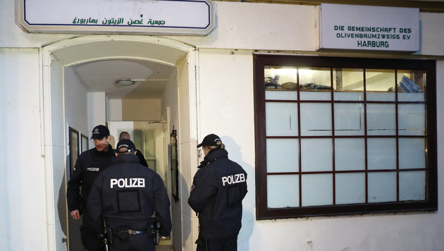 Großrazzia in der Al-Taqwa-Moschee in Hamburg (Bild: APA/dpa/Christian Charisius)