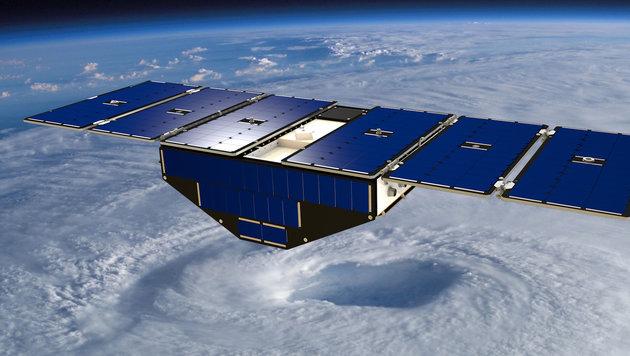 Künstlerische Illustration: Einer der acht CYGNNS-Satelliten über einem Wirbelsturm (Bild: NASA)