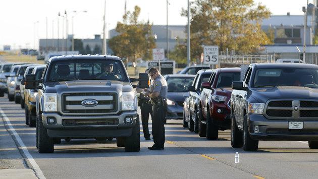 Die Polizei riegelte den Flughafen über Stunden hinweg ab. (Bild: Associated Press)