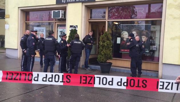 In diesem Friseurgeschäft in der Wienerbergstraße kam es zu dem Schussattentat. (Bild: krone.tv)