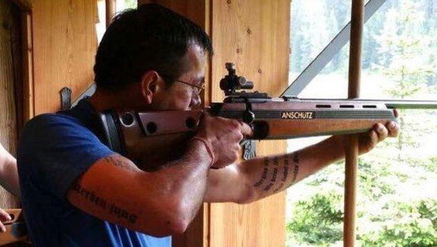 Bernd Buchner posiert gerne mit Waffen im Netz. (Bild: Facebook)