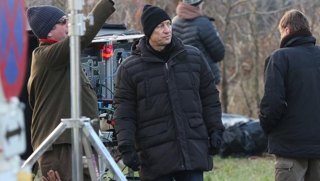 Tobias Moretti spielt einen flüchtigen Inspektor, der einen Kollegen erschossen hat. (Bild: Karl Schöndorfer)