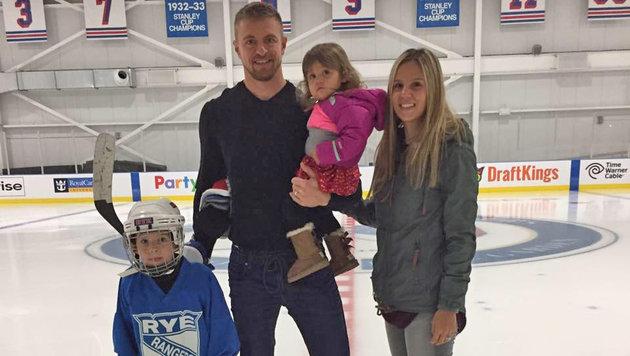 Michael Grabner mit Gattin Heather und den Kindern Aidan (5) und Olivia (1) (Bild: privat)