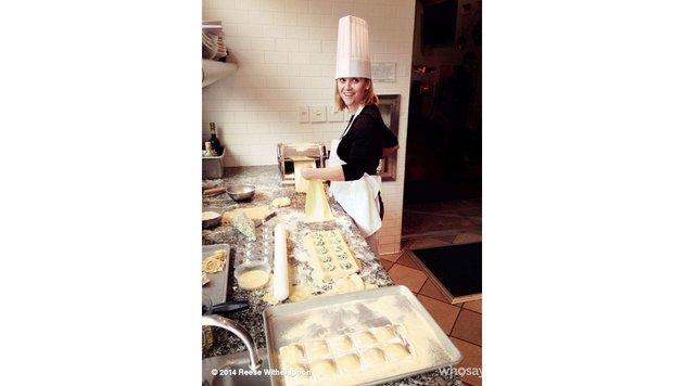 Reese Witherspoon macht in Profimontur Ravioli für ihre Lieben. (Bild: Viennareport)