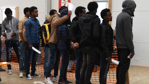 Asylwerber kommen jetzt per Charterflug (Bild: APA/AFP/CHRISTOF STACHE)