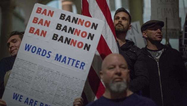 Proteste gegen Steve Bannon in Los Angeles (Bild: APA/AFP/DAVID MCNEW)