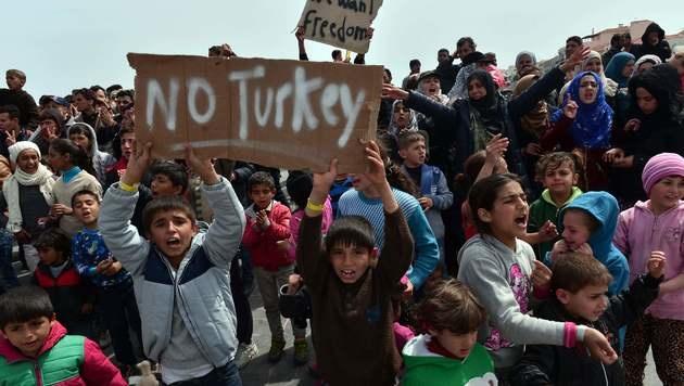 In Chios sitzen auch viele Frauen und Kinder fest. (Bild: APA/AFP/LOUISA GOULIAMAKI)