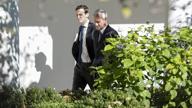 Kushner schlendert mit Obamas Stabschef Denis McDonough durch die Gärten des Weißen Hauses. (Bild: EPA/MICHAEL REYNOLDS)