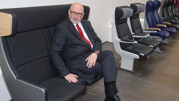 Bahn-Chef Andreas Matthä beim Probesitzen in den neuen Sesseln (Bild: Zwefo)