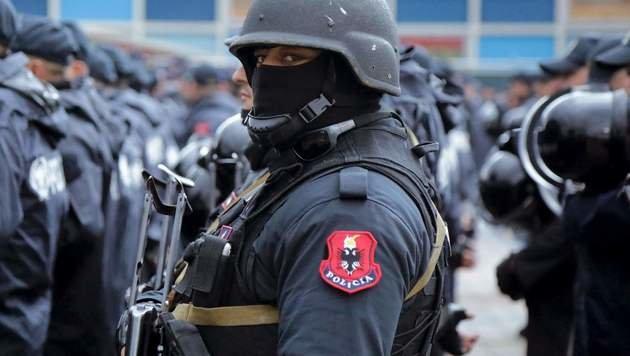 Die albanische Polizei fuhr die volle Schutzmontur auf, um die Fußballer und die Fans zu beschützen (Bild: AFP or licensors)
