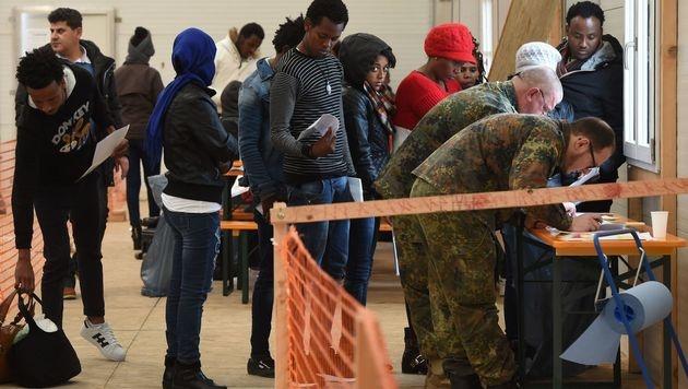 Bei der Registrierung in Erding (Bild: APA/AFP/CHRISTOF STACHE)