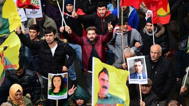 Demonstrierende Kurden in Brüssel (Bild: APA/AFP/EMMANUEL DUNAND)