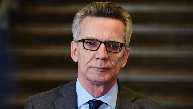 """Deutschlands Innenminister De Maiziere: """"Jeder muss einen Anteil an Flüchtlingen aufnehmen."""" (Bild: APA/AFP/TOBIAS SCHWARZ)"""
